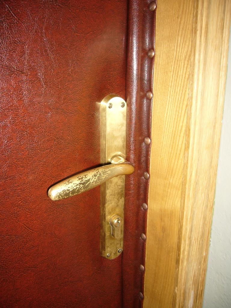 Как обшить деревянную входную дверь своими руками